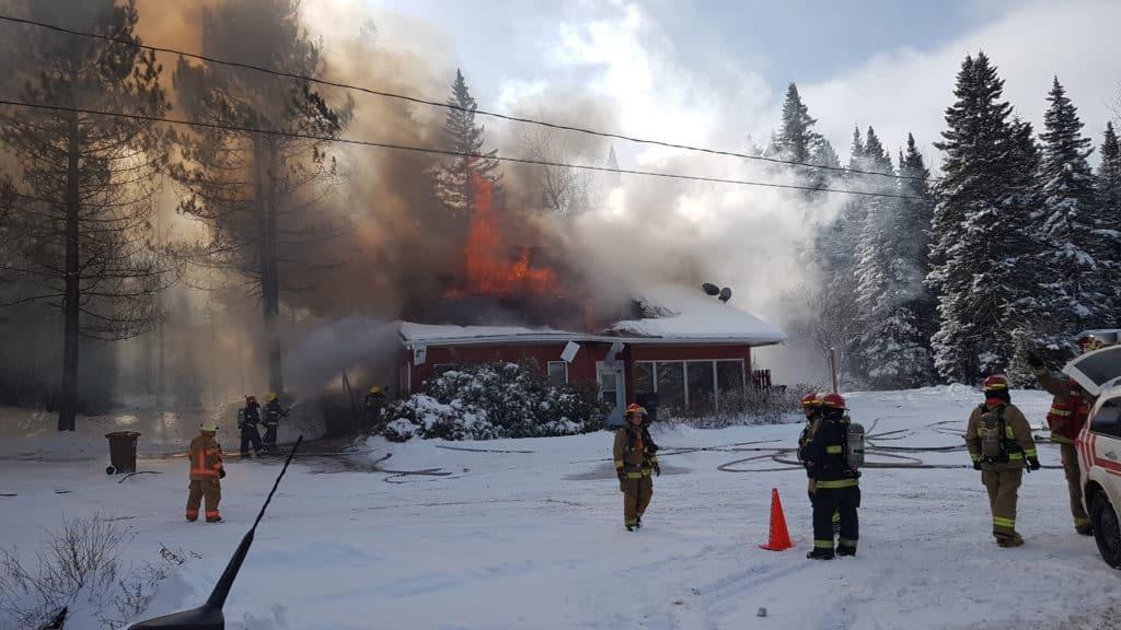 Après avoir complété son sauvetage, Yannick Meunier a pris cette photo de la bâtisse en feu. - Photo gracieuseté – Yannick Meunier
