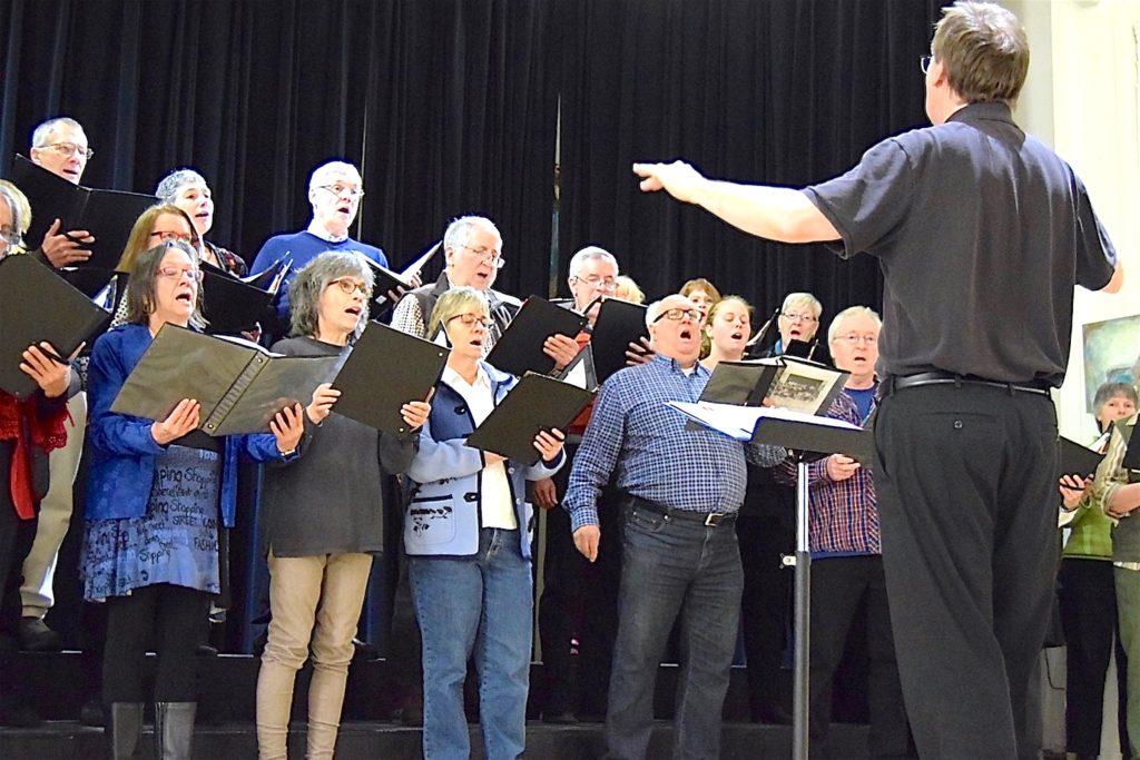 Sur la photo, les membres de l'ensemble vocal Ô Chœur du Nord en plein spectacle. - Photo gracieuseté - Communications Lamoural enr.