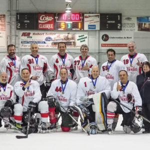 L'équipe de Villeneuve Construction de Sainte-Agathe a remporté la médaille d'or dans la catégorie 50+. (Photo L'info du Nord – Jean-Marie Savard)