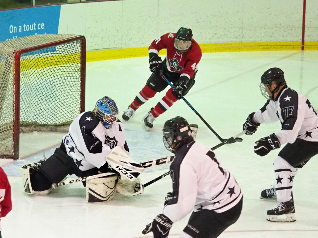 Les matchs ont été chaudement disputés tout le long du tournoi de hockey des Jeux 50+ de la FADOQ-Laurentides. Photo L'info du Nord – Jean-Marie Savard
