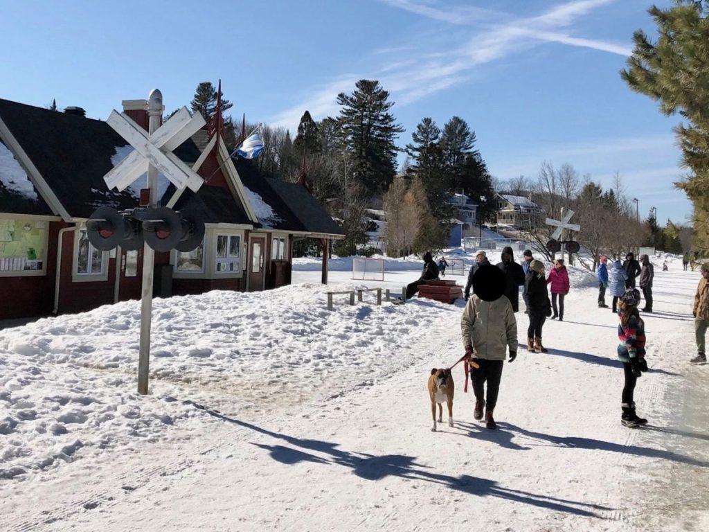 Le week-end du 21 et 22 mars fut particulièrement éprouvant pour la communauté de Val-David prise d'assaut par de nombreux visiteurs.(Photo Simon de Montigny)
