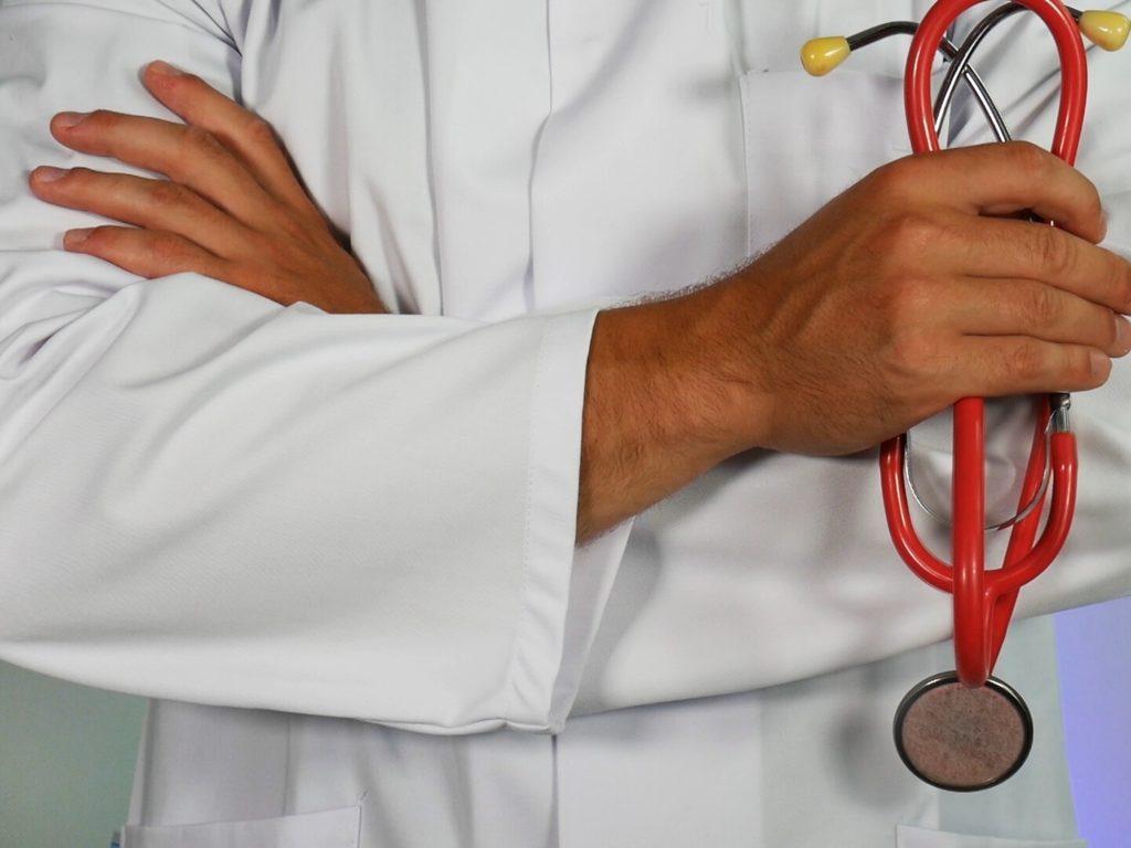 Des médecins transformés en infirmiers, des infirmiers en préposés