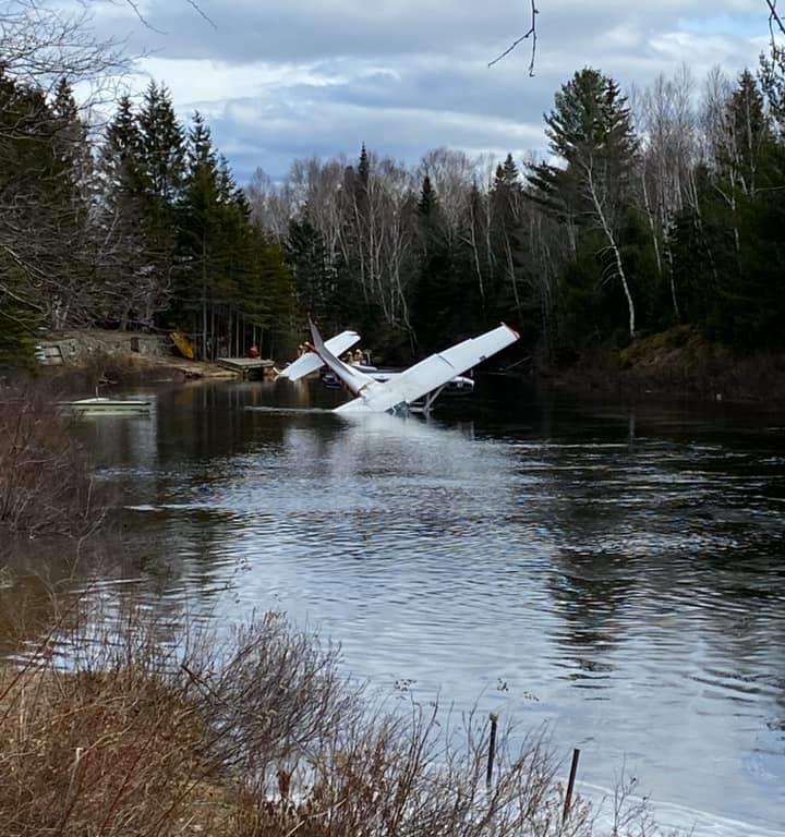 Un hydravion s'abîme dans la rivière