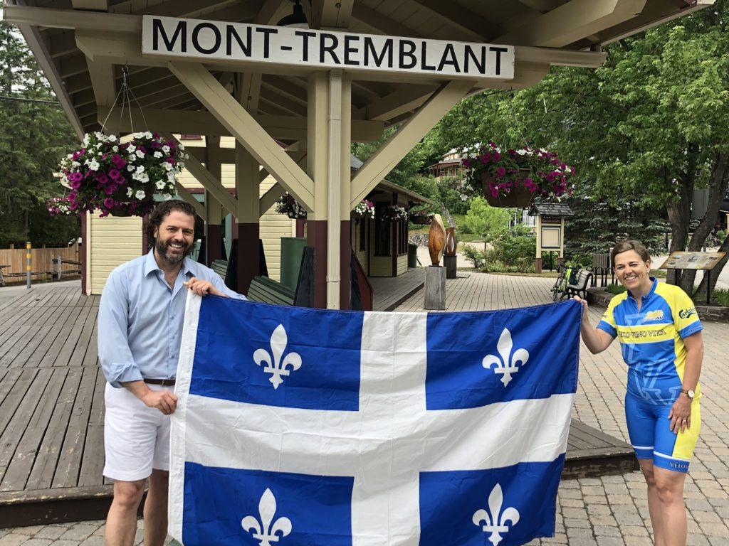 Chantale Jeannotte a célébré la Fête nationale en parcourant 80 km à vélo sur le P'tit Train du Nord, pour aller à la rencontre des citoyens et remettre un drapeau du Québec aux représentants des municipalités visitées. On la voit ici à Mont-Tremblant, avec Pascal de Bellefeuille, conseiller District #1 (Photo gracieuseté)