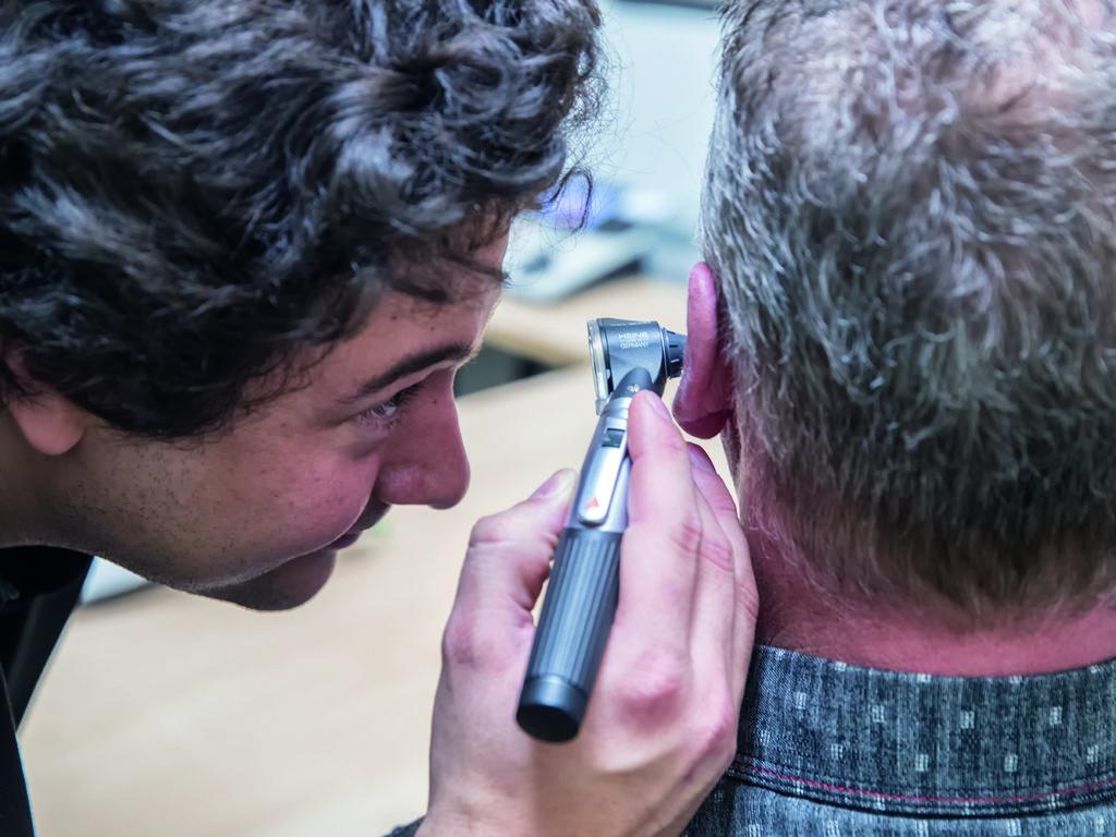 La perte d'audition et les avantages de porter deux appareils auditifs