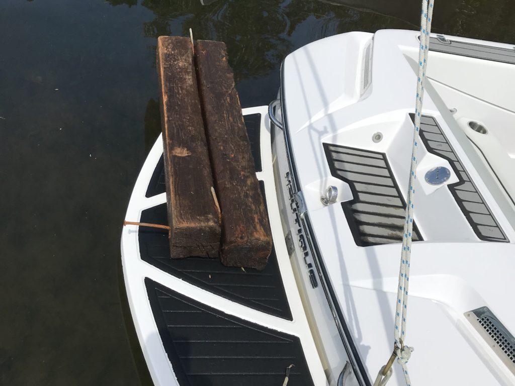 M. St-Aubin voit souvent ce genre de débris flotter sur le lac des Sables. (Photo gracieuseté)