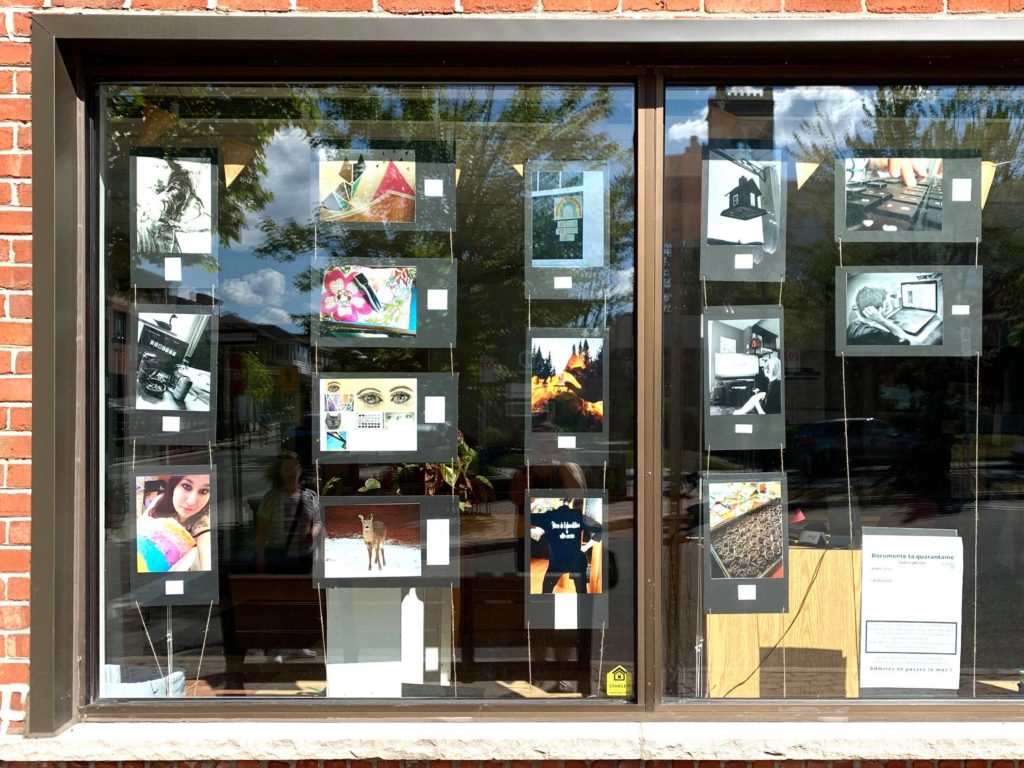 25 photos prises par des jeunes de la région pour documenter leur confinement en raison de la COVID-19 sont exposées dans les fenêtres du Carrefour jeunesse-emploi, à Ste-Agathe, pour tout l'été. (Photo gracieuseté – Joanie Pelletier)