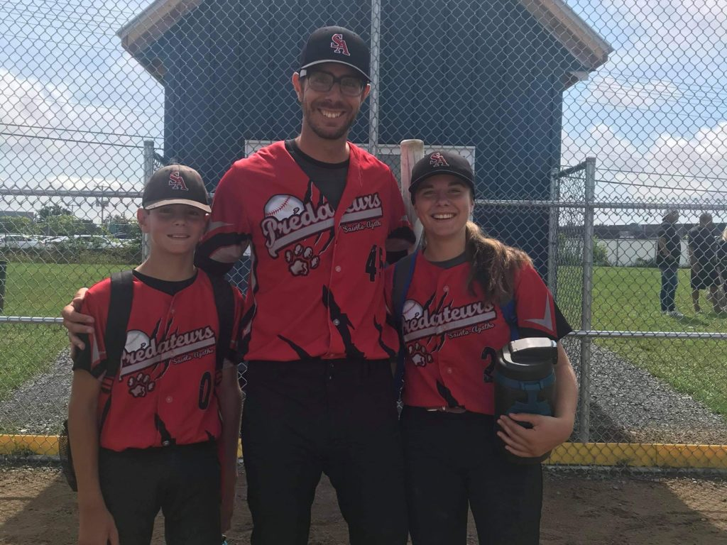 La joueuse de baseball de St-Faustin-Lac-Carré Florence Bryar pose ici en compagnie de son frère et coéquipier Théo et de son père, également entraîneur adjoint, Michael.  (Photo gracieuseté)