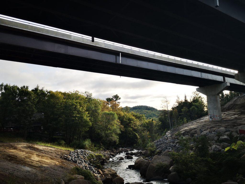 Le nouveau pont, similaire à celui construit en direction sud en 2006, est situé à plus de 20 mètres du sol, sa longueur est d'environ 200 mètres, et la structure a 3 piles. (Photo L'info du Nord -Marilou Séguin)