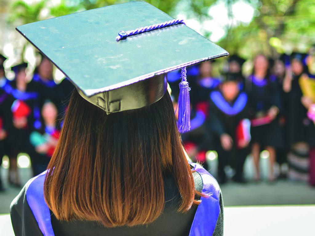 Même si le taux de diplomation a bondi dans la région, encore environ 1 jeune sur 4 termine sans diplôme, 7 ans après son entrée au secondaire. (Photo Unsplash – MD Duran)