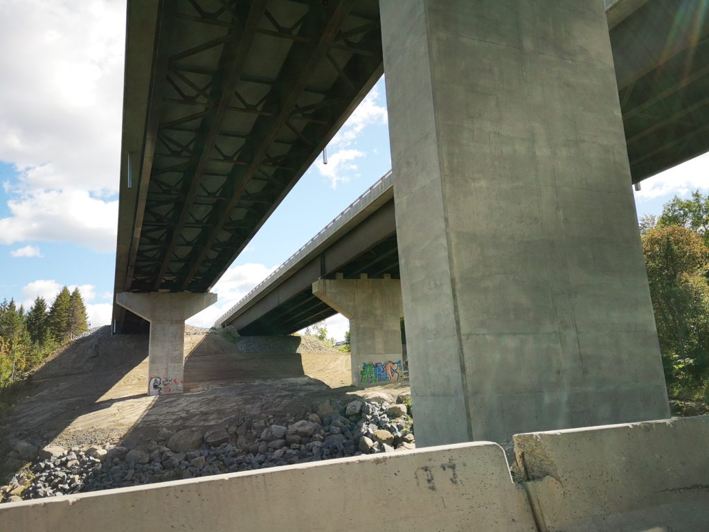La fin du chantier sur le pont de l'autoroute 15 enjambant la rivière aux Mulets à Ste-Adèle devrait aider à désengorger la route 117 dans le noyau villageois, où des travaux d'envergure dureront tout l'automne. (Photo L'info du Nord – Marilou Séguin)