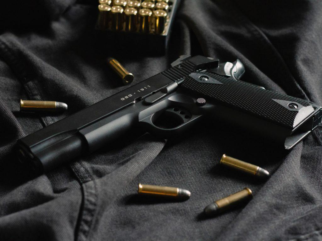 Il tente de prendre le fusil d'un policier