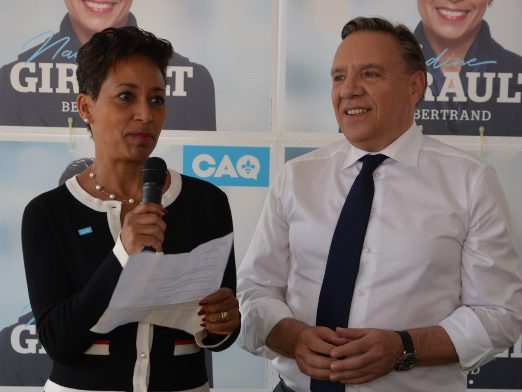Nadine Girault, en compagnie du chef de la CAQ (et aujourd'hui premier ministre) François Legault, lors de la campagne électorale de 2018. Photo L'info du Nord - Archives