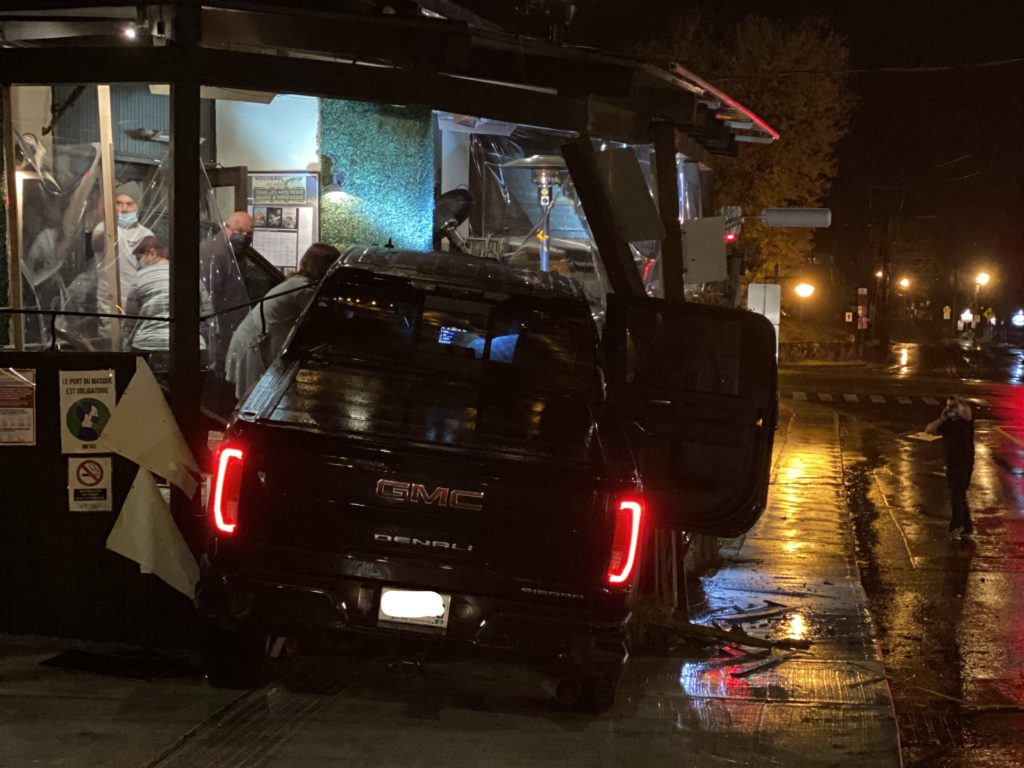 Un homme a été tué par balles le jeudi 15 octobre vers 20h30 à Sainte-Adèle. À la suite du crime son véhicule  a embouti la terrasse et la façade du restaurant Spago située à l'angle des rues Morin et Valiquette. (Photo gracieuseté - Bernard Franke)