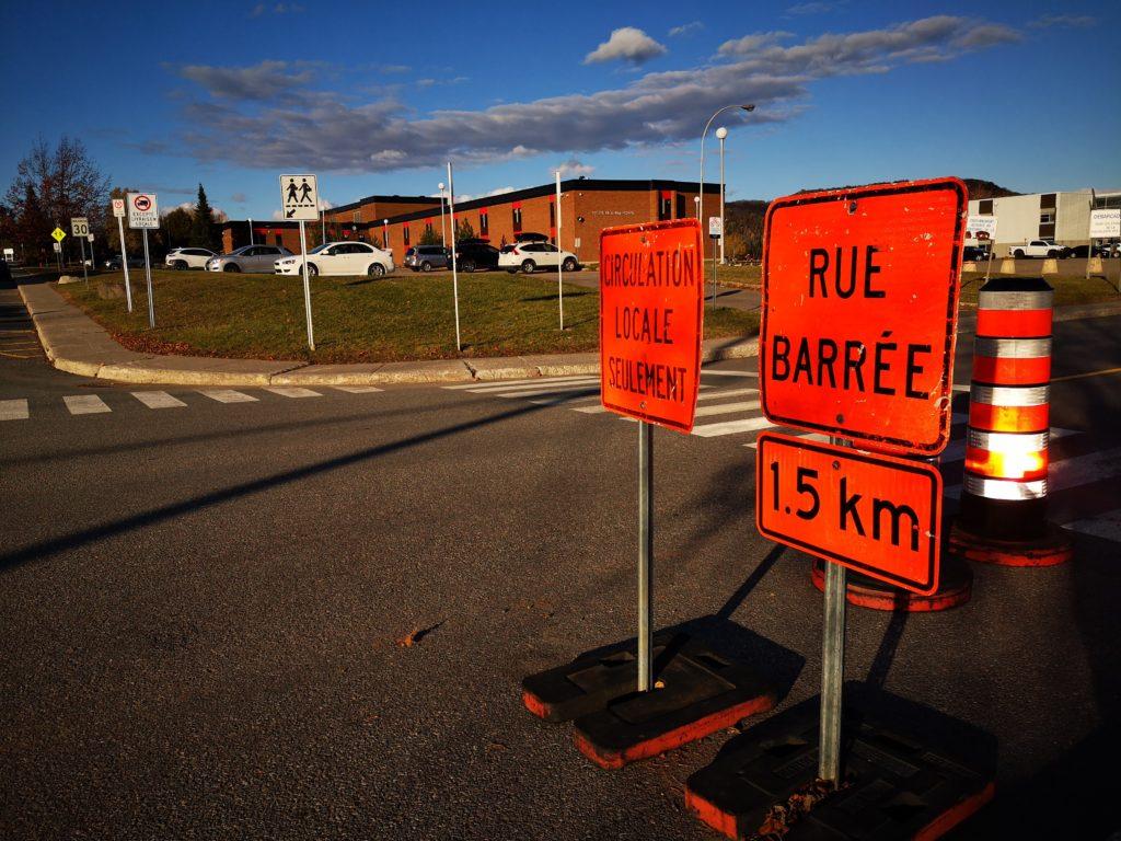 Des citoyens sont inquiets de voir des panneaux de signalisation empiéter sur la chaussée juste à côté de la traverse piétonnière de la rue Brissette à l'angle de la rue Légaré devant la Polyvalente des Monts. (Photo L'info du Nord - Marilou Séguin)