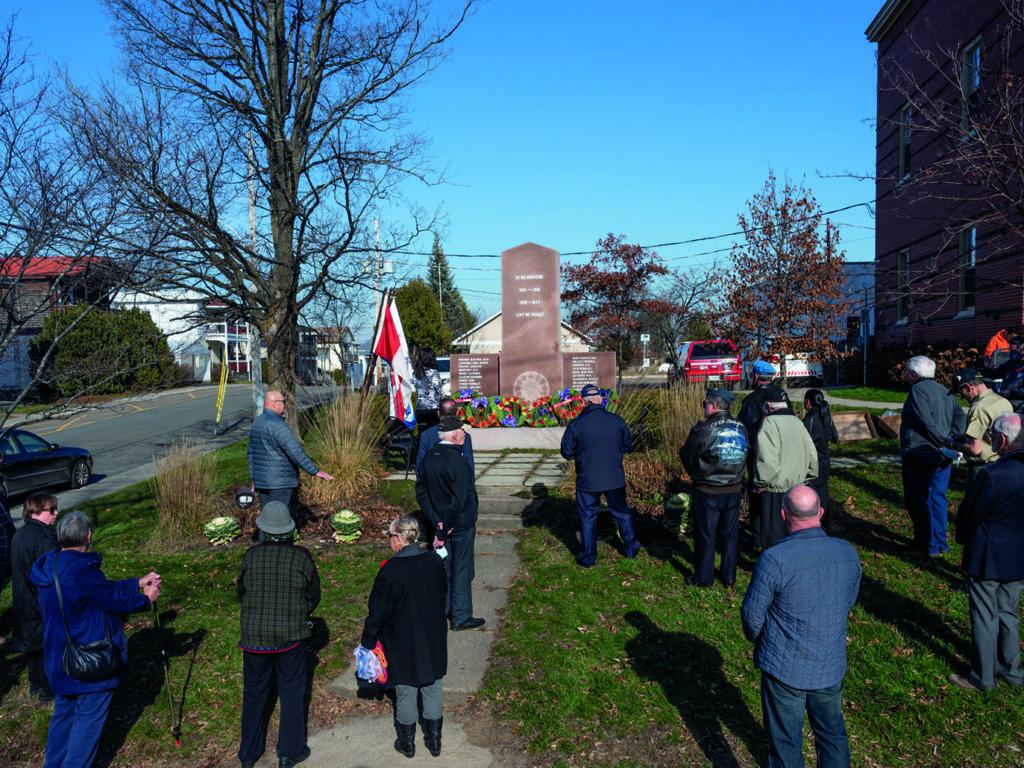 Une vingtaine de personnes ont participé à la cérémonie du jour du Souvenir devant le cénotaphe de Ste-Agathe. (Photo gracieuseté – André Chevrier)