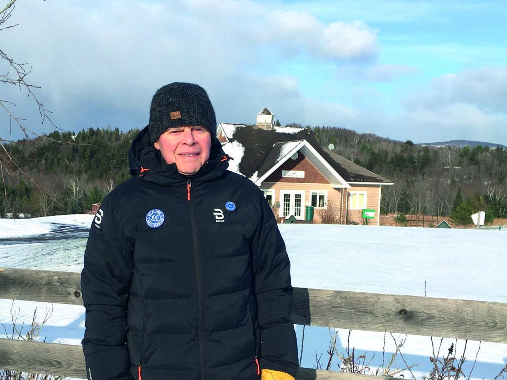 Serge Dubois pose fièrement devant le Club house du Manitou au cœur du nouveau terrain de jeu de Ski de fond Mont-Tremblant. Photo : Michel Savard
