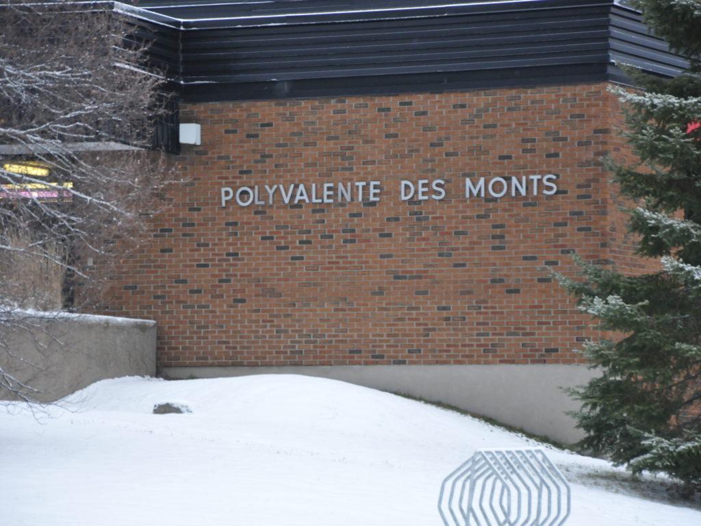 Par mesure préventive, 150 élèves de la Polyvalente des Monts de Ste-Agathe ont été mis en isolement, à la suite d'une éclosion entre les murs de l'école secondaire. Photo L'info du Nord - Maxime Coursol