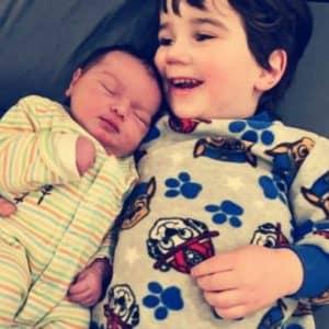 Nathan, 2 1/2 ans, avec sa petit soeur Lucy née le 1er janvier 2021.