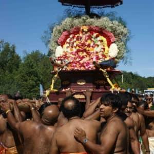 Char allégorique tiré par des pèlerins et transportant la représentation de la divinité.  (Photo Gérard Coderre)