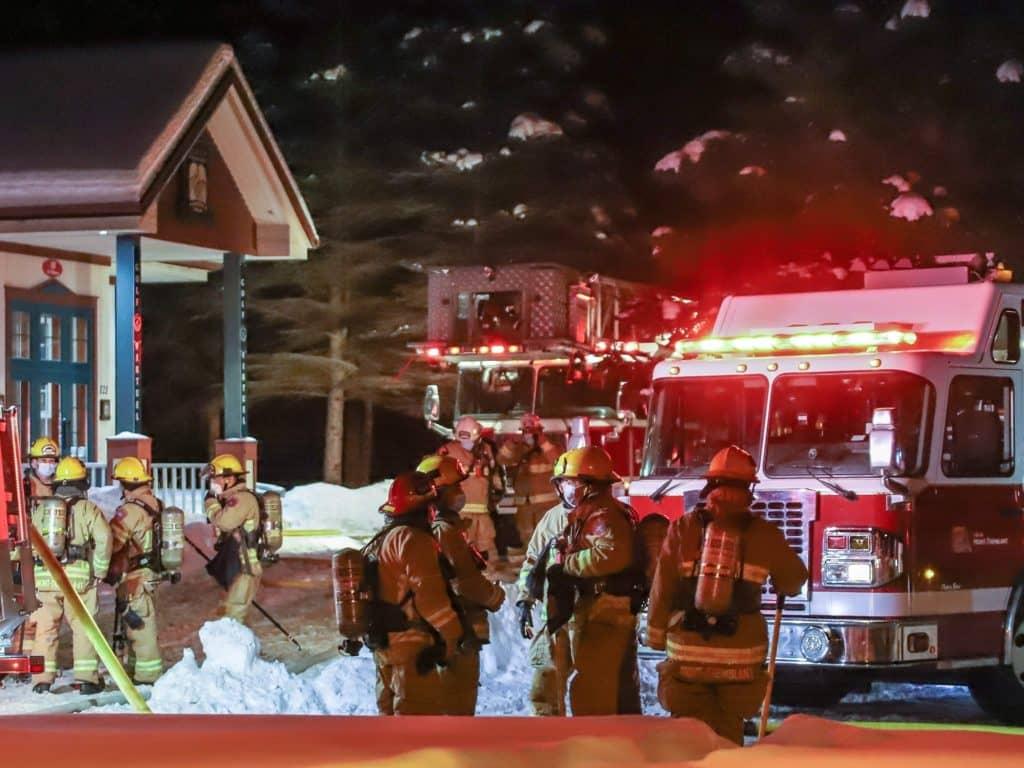 Les pompiers de Mont-Tremblant sont intervenus rapidement au pavillon d'accueil du golf Le Diable, ce qui a certainement sauvé le bâtiment. (Photo Dominic Bouffard)