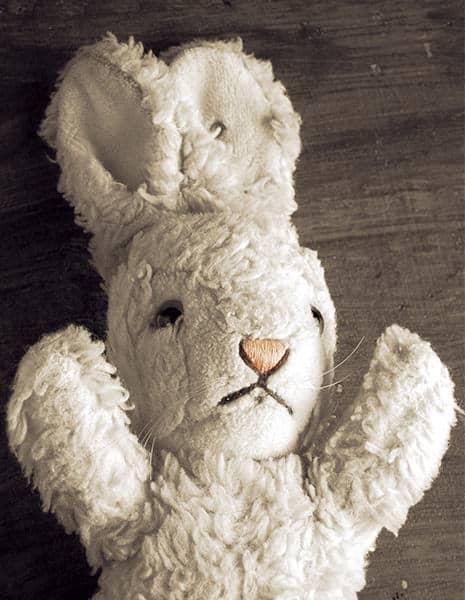Pour souligner le premier anniversaire de la fermeture des théâtres en raison de la COVID-19, le Lézarts Loco présentera une pièce spéciale, Lapin blanc, lapin rouge, en plein air et dans le respect des mesures sanitaires. (Photos gracieuseté – Lézarts Loco)
