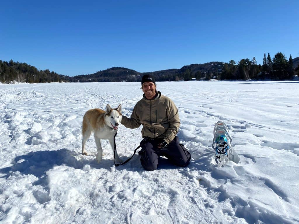Nicolas Veillet et son fidèle compagnon d'entrainement, son chien Gérald, sur le lac Raymond à Val-Morin. (Photo L'info du Nord – Sarah St-Denis)
