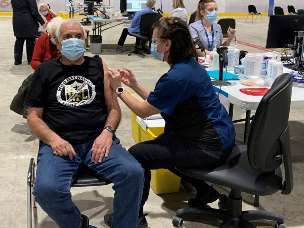 Monsieur Robert Bob Batah, bien heureux d'avoir été vacciné au site de vaccination contre la COVID-19 à Sainte-Agathe-des-Monts. (Photo gracieuseté - CISSS des Laurentides)