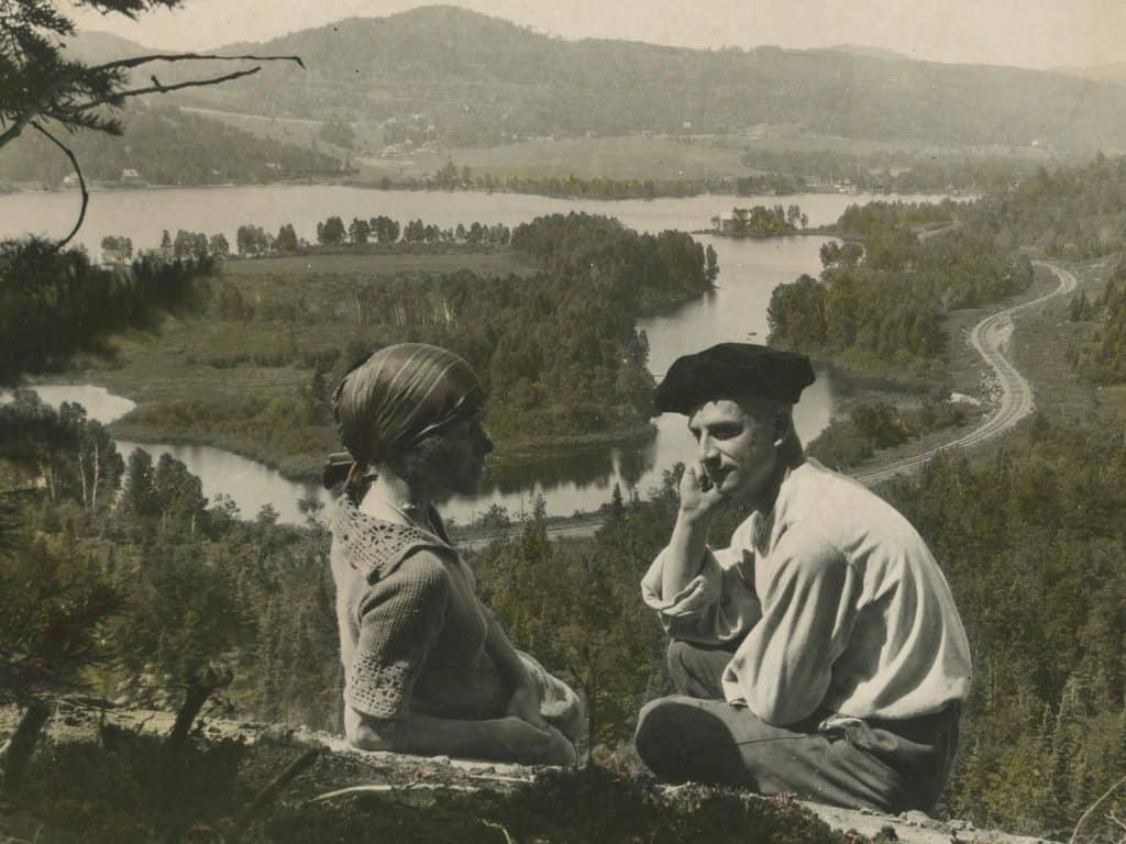 Un couple devant le lac Raymond vers 1930. (Photo gracieuseté – Société d'Histoire de Val-Morin)