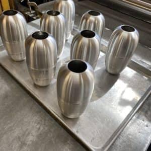 Une série de vases dont la fabrication est presque terminée. (Photo L'info du Nord – Sarah St-Denis)
